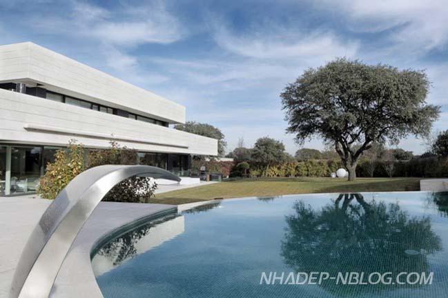 Mẫu biệt thự đẹp với hồ bơi hình bầu dục