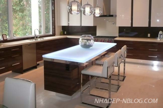 Nhà bếp đẹp với thiết kế mặt kính hiện đại