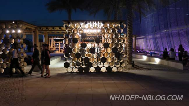Gian hàng trưng bày với kiến trúc từ những ống các tông
