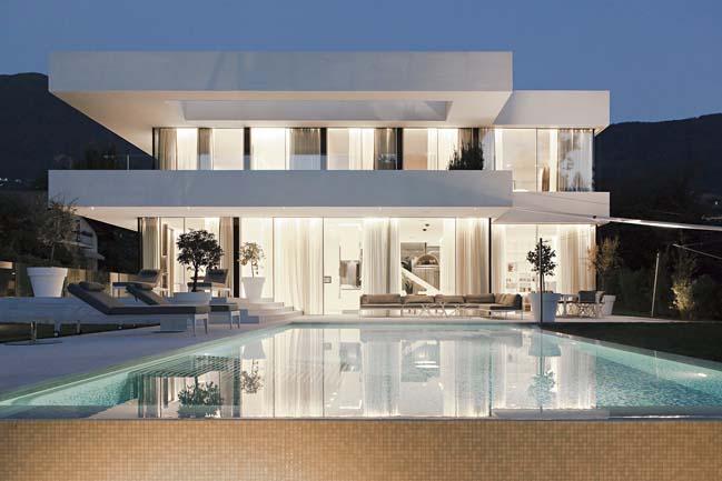 Thiết kế biệt thự 2 tầng với nội thất trắng sang trọng