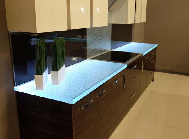 nha bep dep 03 Gợi ý thiết kế nhà bếp đẹp với mặt kính sáng lung linh