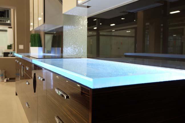 nha bep dep 04 Gợi ý thiết kế nhà bếp đẹp với mặt kính sáng lung linh