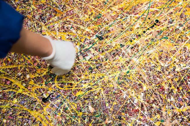 Bức tranh nghệ thuật được tạo từ 5000 chai sơn móng tay