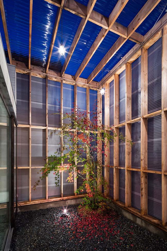Mẫu thiết kế nhà đẹp với gara kính và sân vườn trong nhà