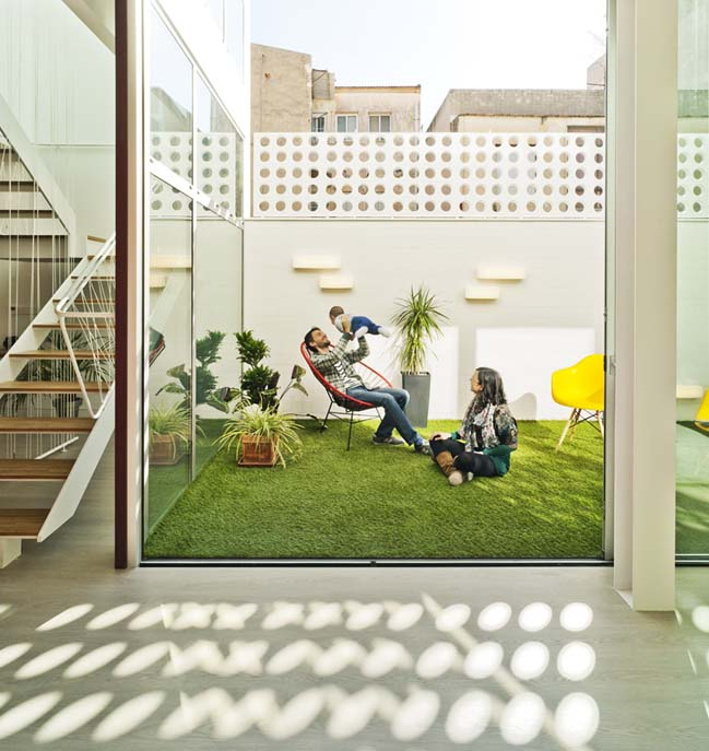 Nhà đẹp 3 tầng với thiết kế sân vườn ngập tràn ánh sáng