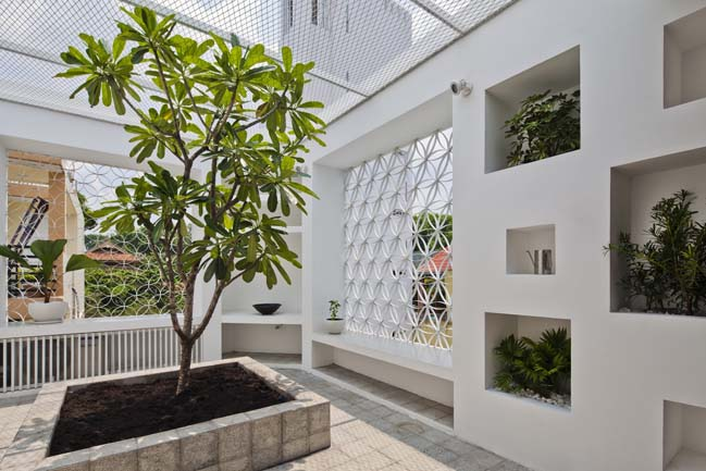Nhà phố đẹp 4 tầng với vỏ bọc xi măng cá tính
