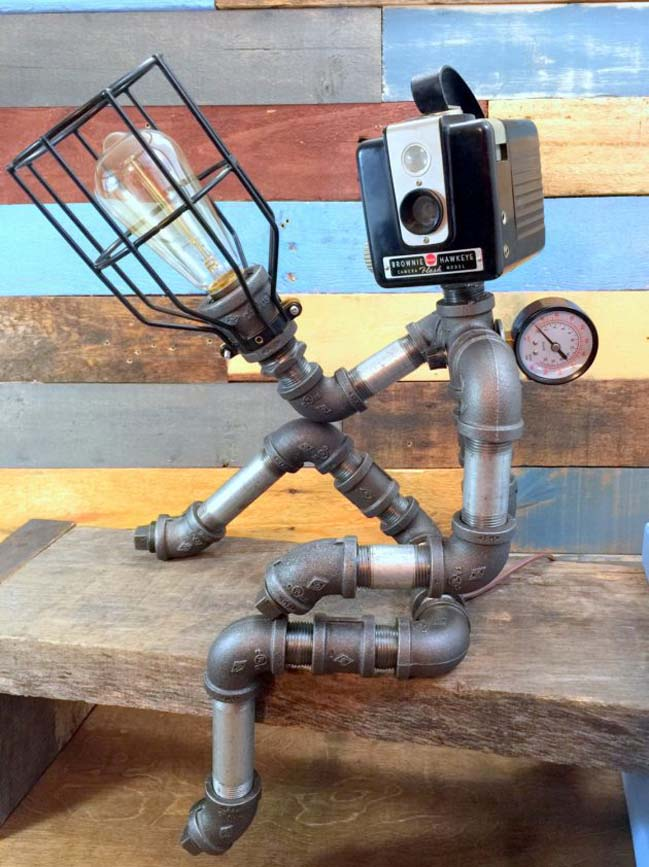 Những chiếc đèn để bàn được làm từ ống nước