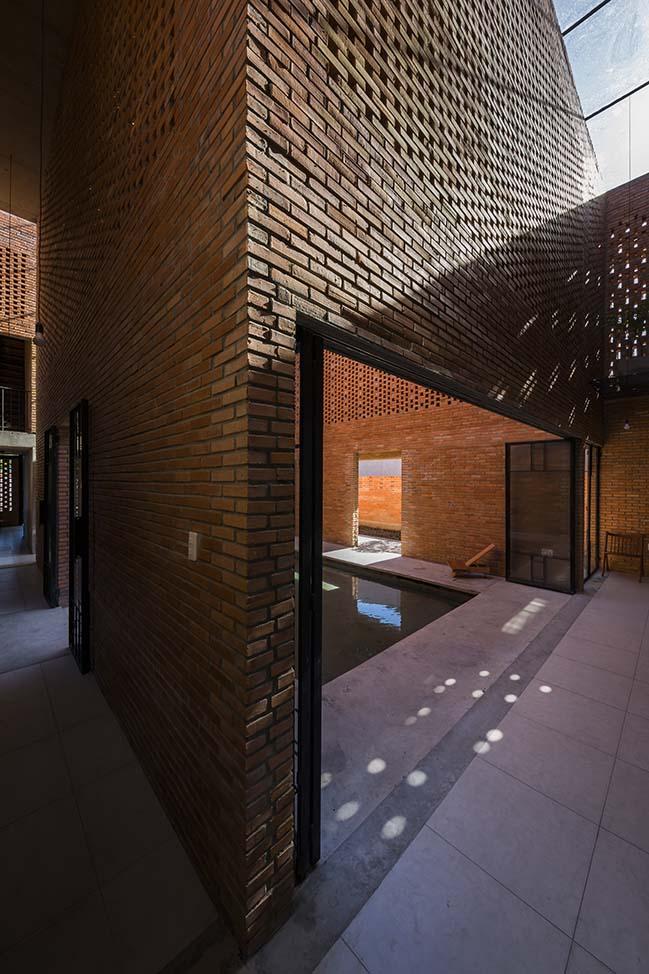 Thiết kế nhà gạch với sân trong thoáng mát tại Long An