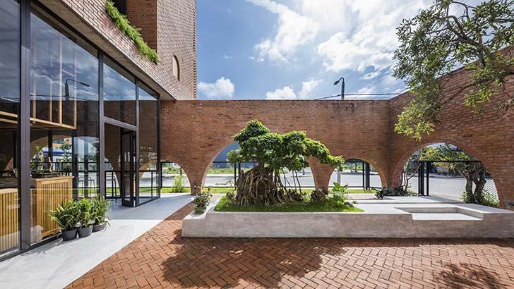 Mẫu nhà đẹp bằng gạch đất nung kết hợp với mô hình kinh doanh cà phê