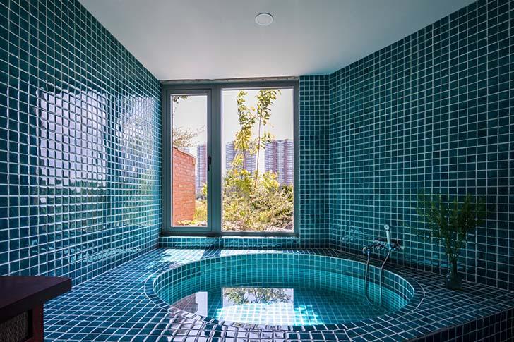 Nhà đẹp 3 tầng bao phủ bởi tường gạch và cây xanh tại Tp.HCM